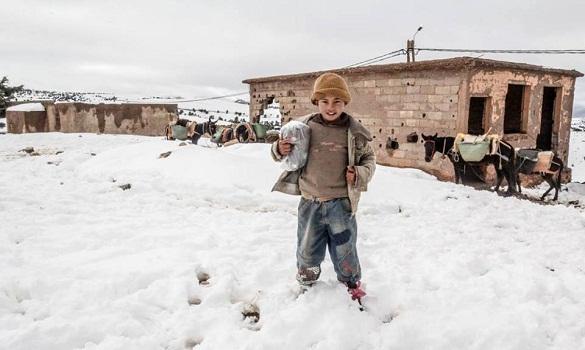 انخفاض درجات الحرارة والثلج في مناطق مغربية يستنفران الادارات المعنية